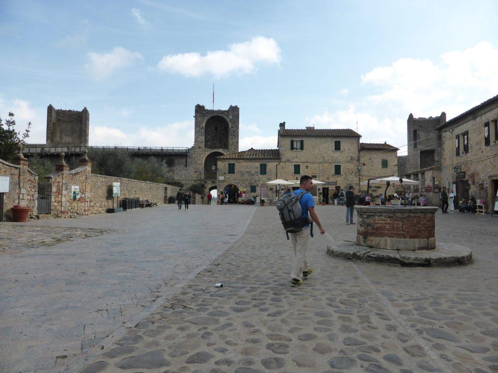 monteriggioni-piazza-roma