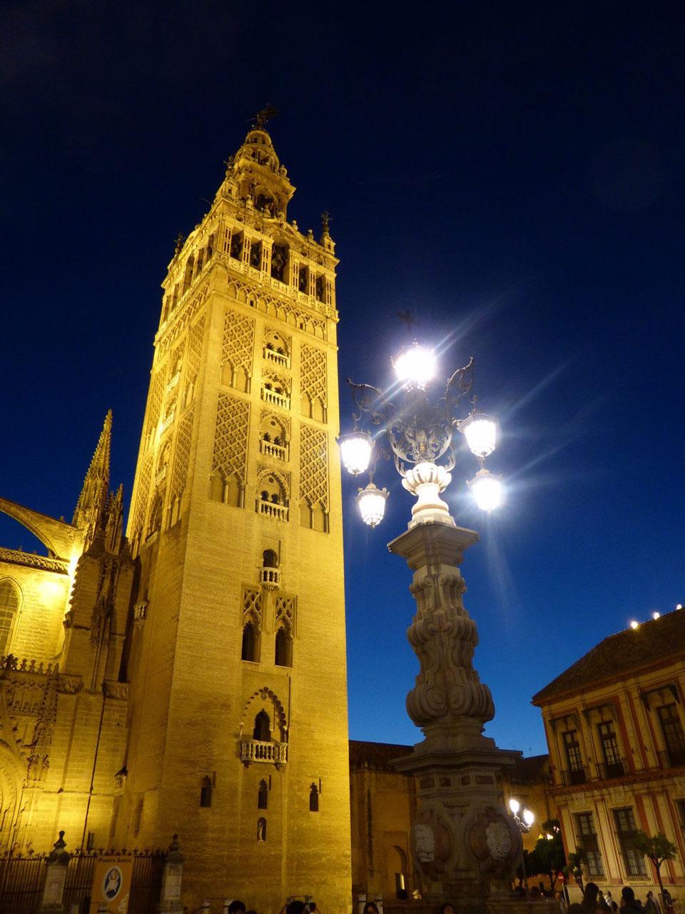 La Giralda di Siviglia illuminata di notte