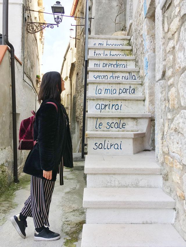 Poesia sulle scale a Vico del Gargano