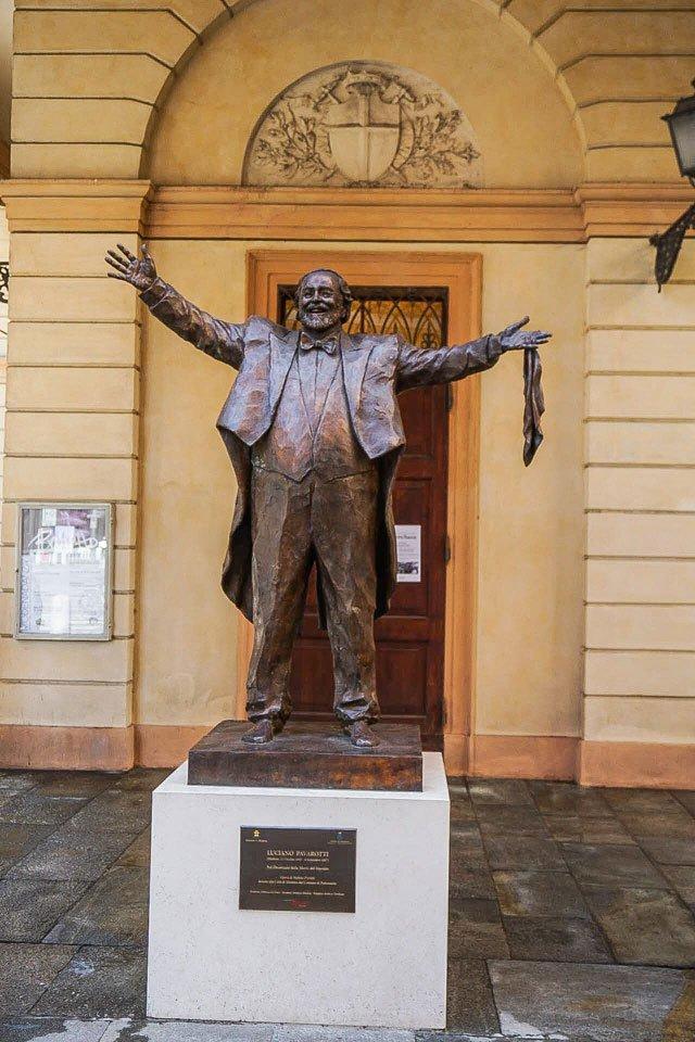 modena statua di pavarotti